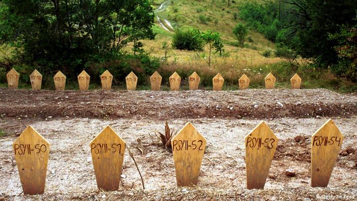 Tela otkrivena u Petrovom Selu su sahranjena pojedinačno u julu 2001.