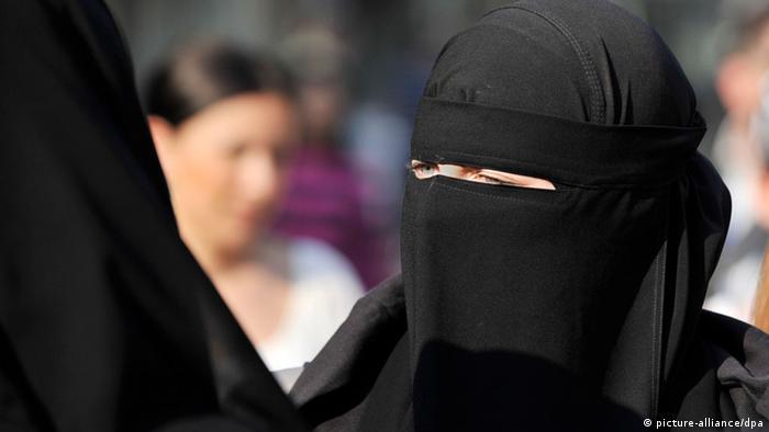 Eine voll verschleierte Frau in der Frankfurter Innenstadt
