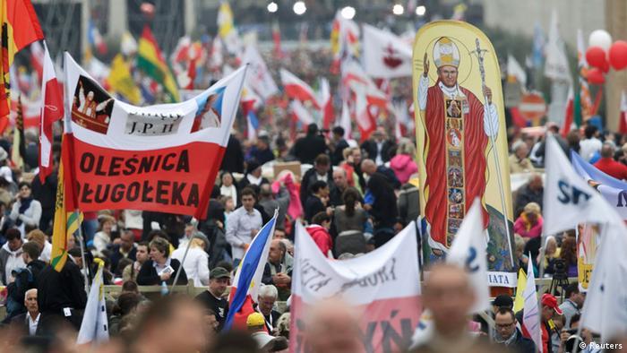 Vatikan Heiligsprechung zweier Päpste Gläubige auf dem Petersplatz