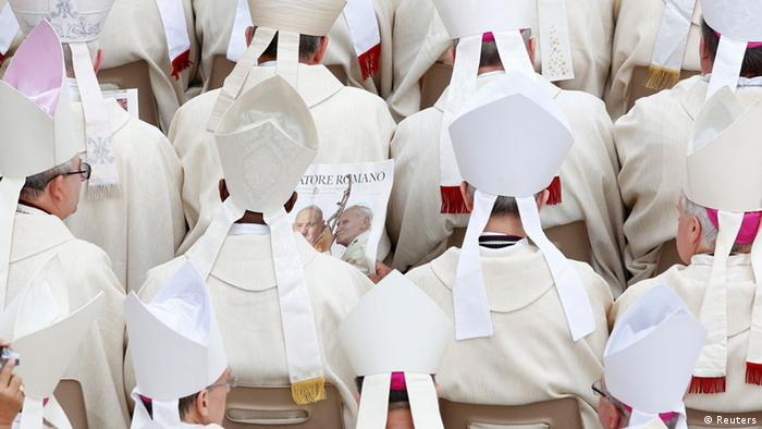 Vatikan Heiligsprechung zweier Päpste Bischof mit Zeitung (Reuters)