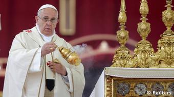 Papst Franziskus während der Heiligsprechung zweier Päpste (Foto: Reuters)