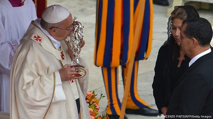 Franziskus küsst die Reliquie von Johannes Paul II. (Foto: afp)
