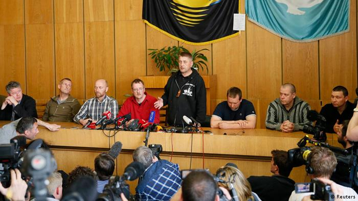 Grupo mantido sob custódia dos separatistas é apresentado à imprensa