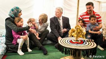 Ο γερμανός πρόεδρος Γκάουκ σε καταυλισμό προσφύγων από τη Συρία