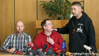 Один з лідерів бойовиків у Слов´янську В´ячеслав Пономарьов (праворуч), керівник місії військових спостерігачів Аксель Шнайдер (ліворуч)