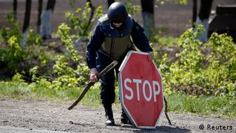 Symbolbild Ukraine Krise Stoppschild in Slowjansk 27.04.2014