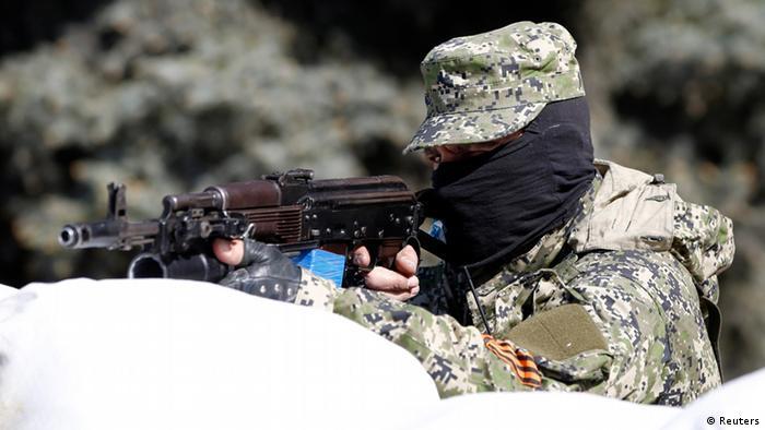 Проросійський бойовик під час захоплення відділку міліції у Костянтинівці Донецької області