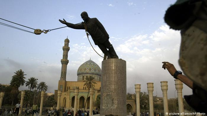 Etappen des Irakkrieges Gestürzte Saddam-Statue (picture-alliance/AP Photo)