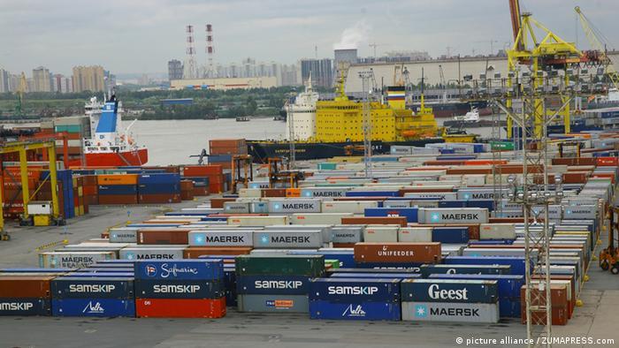 Грузовые контейнеры в российском порту