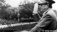 Jugoslawien Volksarmee Parade mit Marschal Josip Broz Tito in Beograd