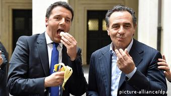 Minister Matteo Renzi (L) and Italy's national soccer coach Cesare Prandelli eat a banana, copying Barcelona player Dani Alves's reaction to racist abuse and giving a symbolic demonstration of solidarity, during a visit of Italian national Futsal team at Chigi Palace, in Rome, Italy, 28 April 2014. - There has been a positive media reaction in Spain to Barcelona right-back Dani Alves deciding to eat the banana that was thrown at him during the Spanish Primera Divisiion match against at Villarreal on 27 April. Alves raised eyebrows by eating the banana - which was thrown when Barca were losing 1-0 - instead of complaining to the referee about the incident. EPA/ETTORE FERRARI +++(c) dpa - Bildfunk+++