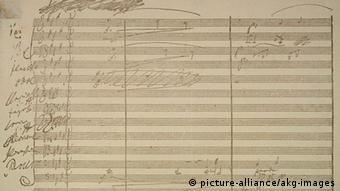 Das Bild zeigt Beethovens Originalpartitur zeigt den Anfang des Terzetts 'Euch werde Lohn in bessern Welten' aus der Erstfassung seiner Oper Fidelio (Foto: Picture-alliance/akg-Images)