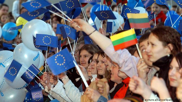 Crowds in Vilnius wave European Union and Lithuania flags as they celebrate Lithuania's entry to the European Union (Photo: DPA / stringer)