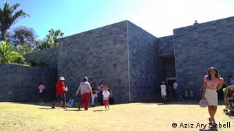 Besucher vor dem Pavillon Cosmococa in Inhotim