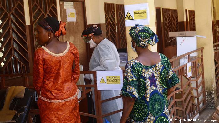 Angehörige warten in Guinea vor einem Krankenhaus Foto: CELLOU BINANI/AFP/Getty Images