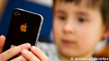 Kind mit Smartphone (picture-alliance/dpa)