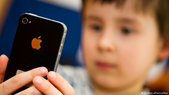 Kind mit Smartphone (picture-alliance/dpa)