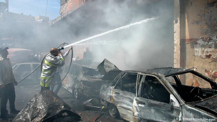 Rettungskräfte löschen ein Feuer nach einer Bombenexplosion in Homs (Foto: afp)