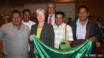 La directora del Instituto Iberoamericano de Berlin, Barbara Göbel y líderes del CRIC. Atrás, con corbata, el embajador de Colombia, Juan Mayr Maldonado.