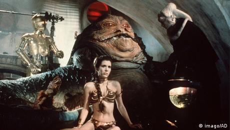 Princess Leia in her iconic bikini in front of Jabba the Hutt in Star Wars (imago/AD)