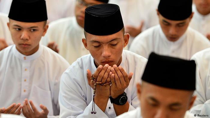 Praying men in Brunai. (Photo: REUTERS/Ahim Rani/Files)