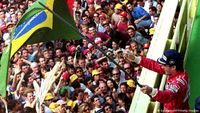 Ayrton Senna mit Flagge