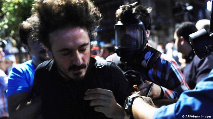 Türkische Polizisten führen den Journalisten Gökhan Biçici ab (Foto: AFP/Getty Images)