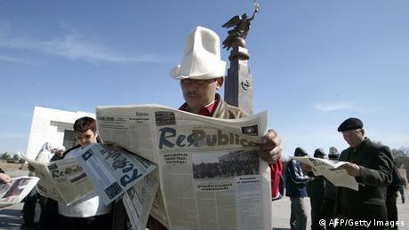 Kirgisen in Bischkek beim Zeitunglesen (Foto: AFP/Getty Images)