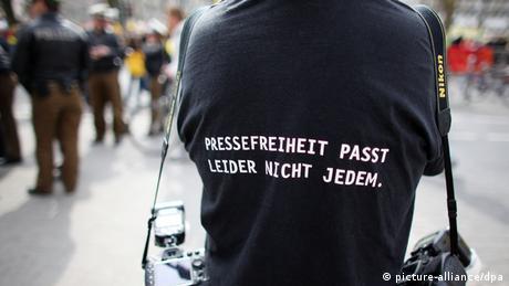 Ein Fotograf trägt ein T-Shirt mit dem Slogan Pressefreiheit passt leider nicht jedem. (Foto: dpa)