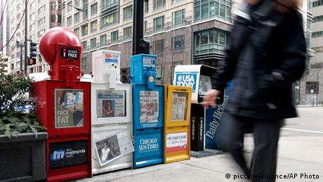 Ein Fußgänger geht in Chicago an Zeitungskästen vorbei(Foto: picture-alliance/AP Photo)
