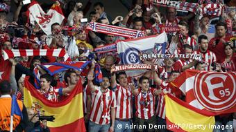 Atletico-Madrid-Fans jubeln im Stadion an der Stamford Bridge in London (Foto: ADRIAN DENNIS/AFP/Getty Images)