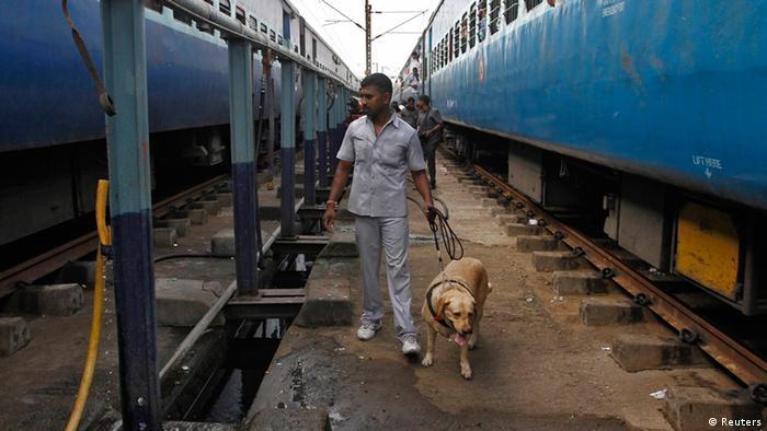 Indien Explosion Bahnhof Polizei Spürhund (Reuters)