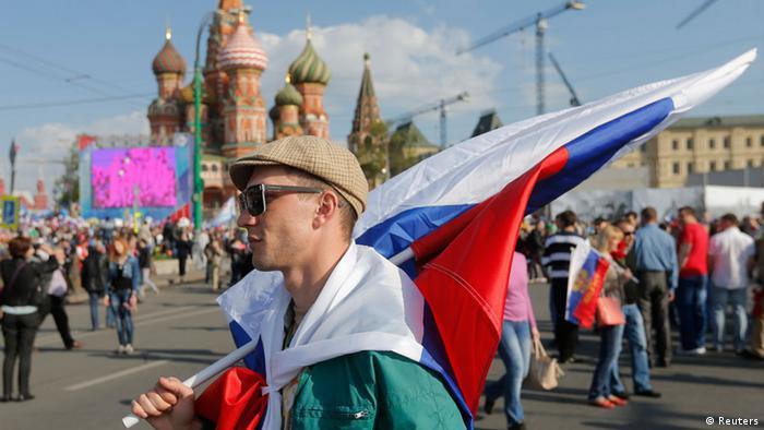 Человек с российским флагом на Красной площади