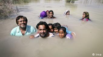 باشندگان سیستان و بلوچستان ایران در حال آب بازی در هامون.