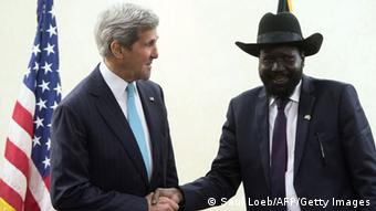 Waziri wa Mambo ya nje wa Marekani John Kerry akiwa na Rais Slava Kiir wa Sudan Kusini mjini Juba.(02.05.2014)