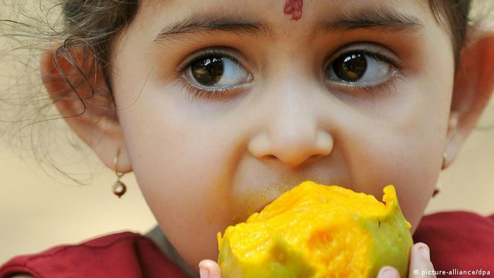 Indien Mädchen isst Mango Archiv 2008