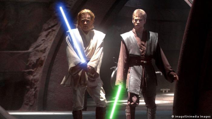 Szene aus Star Wars Episode II mit zwei Laserschwert-Kämpfern