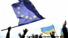 Symbolbild EU Ukraine Fahnen