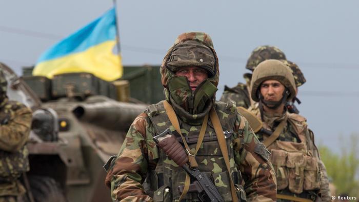 Ein ukrainischer Soldat steht an einem Checkpoint in der Nähe von Slowjansk. (Foto: Reuters)