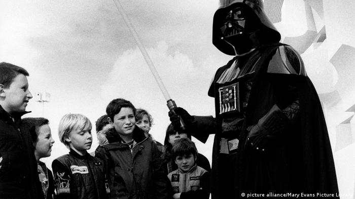 Darth Vader and a group of children, Copyright: picture alliance/Mary Evans Picture Library