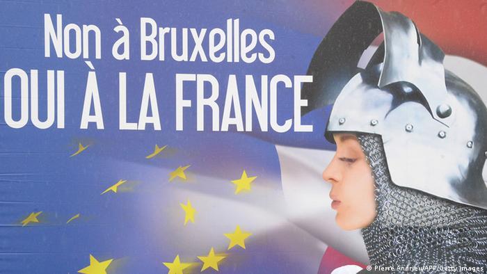 Антиевропейский предвыборный плакат французского Национального фронта. Стилизованная Жанна Д'Арк сдувает звезды с флага ЕС под лознугом Нет Брюсселю, да Франции