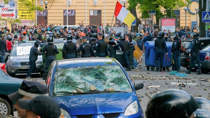 Policija među sukobljenim demonstrantima