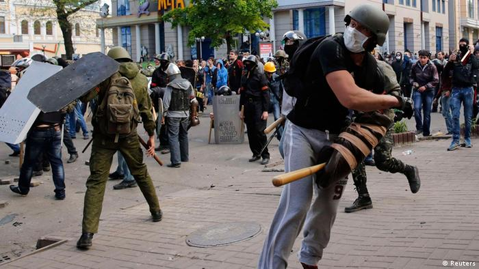 Pro-Russian activists hurl objects at supporters of the Kiev government during clashes in the streets of Odessa May 2, 2014. (Photo: REUTERS/Yevgeny Volokin)