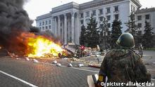 epaselect epa04189409 Ukrainians supporters of a 'Single Ukraine' burn a tent camp of pro-Russian protesters in front of the Trade Union building in the South-Ukrainian city of Odessa, Ukraine, 02 May 2014. At least 31 people are killed in the fire that breaks out during clashes between pro-Ukrainian and pro-Russian protesters at the Trade Union building in Odessa. EPA/SERGEY GUMENYUK