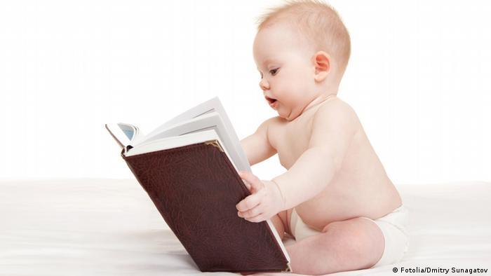 Symbolbild Baby mit Buch lesen vorlesen