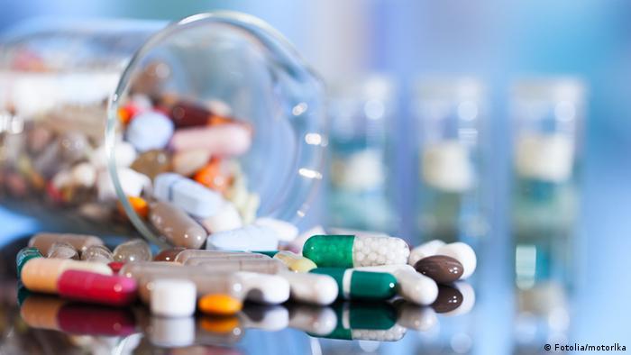 Symbolbild Arzneimittel Medikamente Pillen Tabletten Kapseln Ampullen