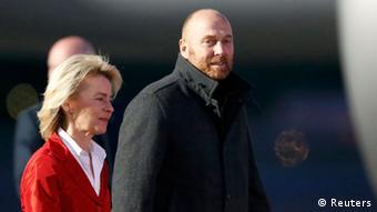 Verteidigungsministerin von der Leyen und der Chef der OSZE-Mission Oberst Axel Schnider nach der Rückkehr der OSZE-Beobachter am Flughafen Tegel. Foto. REUTERS