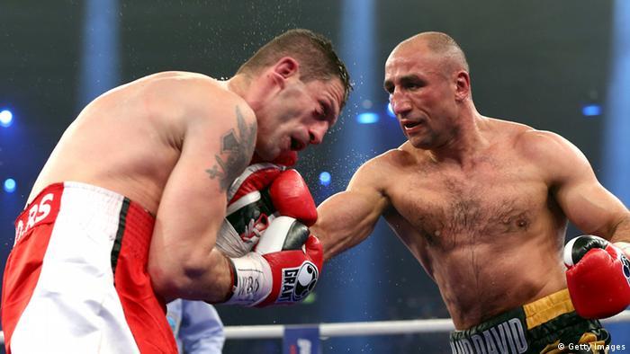 Die Boxer Arthur Abraham und Nikola Sjekloca während eines Kampfs