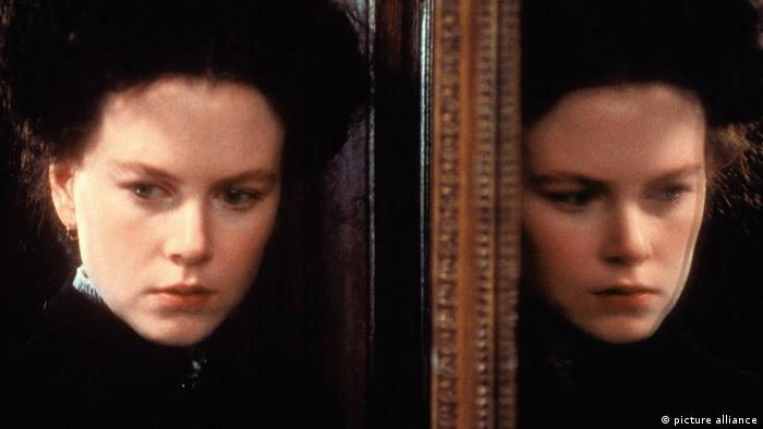 Film still The Portrait Of A Lady by Jane Campion starring Nicole Kidman - with her standing in front of a mirror (picture alliance)