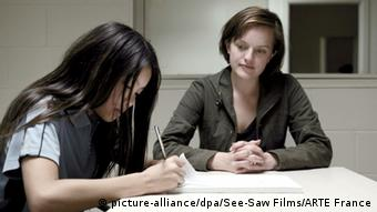 TV Serie Top of the Lake von Regisseurin Jane Campion mit Elisabeth Moss (r.) und Jacqueline Joe in Top of the Lake (Foto: See-Saw Films/ARTE France/dpa)